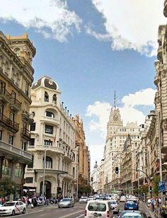 Gran Vía, subiendo hacia el edificio de Telefónica, Madrid