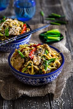 Chow mein with chicken Chow Mein, Chow Chow, Asian Recipes, Ethnic Recipes, Blog, Sriracha, Chicken, Designers, Fancy