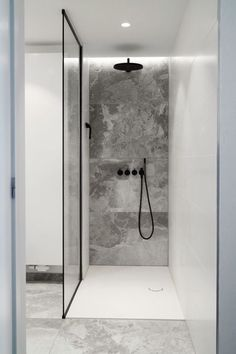 Walk-in shower with custom glass shower cabin - Badezimmer - Bathroom Towel Shower Cabin, Walk In Shower, Minimalist Bathroom, Modern Bathroom, Bathroom Black, Master Bathroom, Bathroom Ideas, Industrial Bathroom, Bathroom Wall