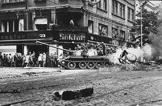 Praha, Československo, August 1968 Mladí čeští obyvatelé zaplaví ulice na posměch a posmívat se sovětskou armádou, které napadl a obsadil Czecholovakian město Prage jako nádrže hlídky v ulicích