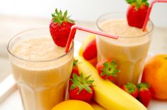 Aan een van onze favoriete smoothies met sinaasappel en banaan hebben we aardbeien toegevoegd. Heerlijk! Wil je er een drinkontbijt van maken? Voeg er dan twee kopjes havermout aan toe. Dat is pas voedzaam en snel de dag beginnen. Fruit Drinks, Smoothie Drinks, Fruit Smoothies, Healthy Smoothies, Yummy Drinks, Smoothie Recipes, Yummy Food, Strawberry Smoothie, Strawberry Banana