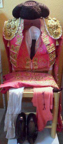 """Un llamativo """"Vestido de torero"""" en Rosa y Oro, para talla joven, con toda la vestidura: chaquetilla, chaleco, taleguilla, medias, pantys, corbatin, manoletinas talla 42, y hasta coletilla. Todo el conjunto por sólo 1850 €. También podria servir para chica. Sin uso, del sastre Emilio"""