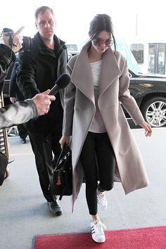 Kendall Jenner Photos Photos: Kendall Jenner Seen at LAX Kendall Jenner Photos, Kendall Jenner Outfits, Travel Chic, Mode Hijab, Kardashian Style, Vogue Fashion, Mantel, Winter Outfits, Winter Fashion