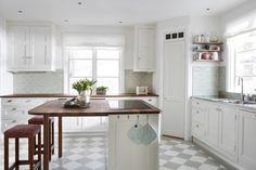 Bromma | Lindalsköket Tidy Kitchen, Kitchen Reno, Kitchen Dining, Kitchen Island Dimensions, Lemon Kitchen, U Shaped Kitchen, Kitchen Floor Plans, Interior Design Living Room, Home Kitchens