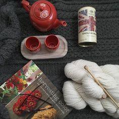 Ahora que vuelven a bajar las temperaturas me encontrarás acurrucada en el sofá bajo una buena manta con algún proyecto tejeril entre manos o una buena lectura y un té bien calentito te apuntas? . #lana #lanas #yarn #wool #alpaca #slowknitting #knitlife #knit #knitting #punto #tricot #tejer #ganchillo #crochet #mylifestyle #ohlanas #yarnshop #tiendadelanas