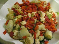 Enginar Kalbi ve Peynir Salatası  -  Pınar Ergen #yemekmutfak.com Enginar kalbi, közlenmiş kırmızı biber ve tulum peyniriyle hazırlanan bu salata tarifini Family Circle; All-time Favorite Recipes adlı kitaptan uyarladım. Çok lezzetli ve doyurucu olan bu salata vejetaryenler için de çok sağlıklı bir alternatiftir. Turkish Salad, Turkish Recipes, Ethnic Recipes, Starters, Cobb Salad, Salad Recipes, Potato Salad, Salads, Food And Drink