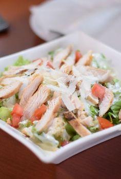 Ensalada César, una delicia de todos los tiempos   MUI KITCHEN A ver si te animas Chicken Salad, Fresh Rolls, Mexican, Meat, Ethnic Recipes, Food, Lettuce, Juices, Fruits And Vegetables