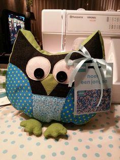 Dit is toch superleuk als kraamcadeau? Een zelfgemaakte uil met giftcard! Facebook: homemade by tanja Husqvarna Viking, Baby Park, Baby Boots, Sewing For Kids, Kids Toys, Baby Kids, Crochet, Babyshower, Crafts