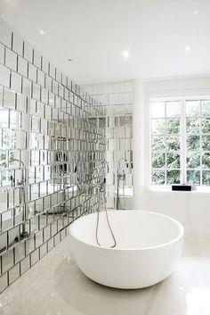 Зеркальная плитка делает интерьер стильным и просторным
