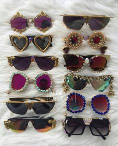 1debc54286734 Bordados, cristais e outras pedrarias adornam óculos de sol com lentes  redondas, quadradas, geométricas, deixando o acessório bem estilizado para  quem gosta ...