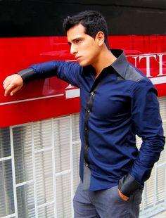 Camisa de popelina, cuello, hombros, pechera y puños polyester labrado. / Shirt of poplin, collar, shoulders, font and cuffs of wrought polyester