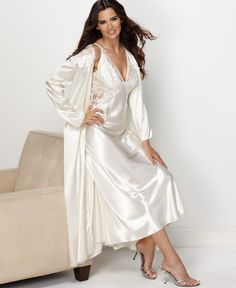 Auch in weiß habe ich ein langes Satin-Nachtkleid und Morgenmantel -