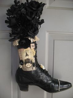 Altered art old boot used as a witch boot Halloween door decoration. I have witch boots! Adornos Halloween, Fete Halloween, Halloween Projects, Holidays Halloween, Halloween Outfits, Vintage Halloween, Happy Halloween, Halloween Decorations, Halloween Door