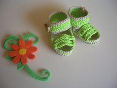 Sandali per neonato realizzati all'uncinetto in filo verde mela con bottoncini in legno, by La casa dei gufetti, 10,00 € su misshobby.com
