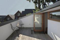 terrasse composite, chaises en métal, idée amenagement tropezienne terrasse simple et esthétique, fleur