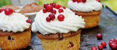 Lingonmuffins med vit choklad och kardemummakräm