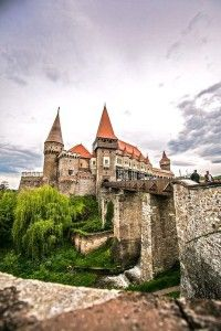 TOP 10 Breathtaking Castles Around The World Will Hypnotize You –Corvin Castle, Hunedoara, Romania Beautiful Castles, Beautiful World, Beautiful Places, Chateau Medieval, Medieval Castle, Gothic Castle, Places Around The World, Travel Around The World, Around The Worlds