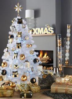 Thème 1 : Un Noël en or ! Sapin synthétique blanc, décorations de Noël, boules, hiboux, papier cadeaux or et noir.