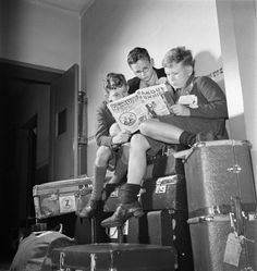 Lucien Aigner: Refugee children reading comic book, New York, ca. People Reading, Kids Reading, Vintage Photographs, Vintage Photos, I Love Books, Books To Read, Old Libraries, Read Comics, Pictures Of People