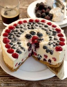 CHEESECAKE FARA COACERE CU FRUCTE DE PADURE SI BEZELE | Diva in bucatarie Cookie Desserts, No Bake Desserts, Cookie Recipes, Delicious Desserts, Dessert Recipes, Yummy Food, Desserts For A Crowd, Dessert Drinks, Sweet Cakes