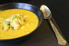 Spicy og varmende thaisuppe med squashnudler, spidskål og rester af kalkun- eller kyllingekød. En lækker og meget mættende suppe, som er nem at lave.