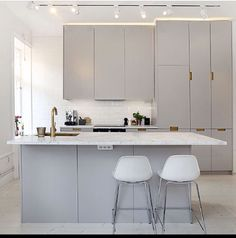 Kitchen Light Grey Kitchens, Gray And White Kitchen, Small Kitchens, Grey Kitchen Cabinets, Ikea Kitchen, Simple Kitchen Design, Decoration, Interior Decorating, Sweet Home
