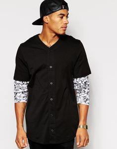 T-Shirt von ASOS weiches Jersey doppellagiges Design mit V-Ausschnitt Knopfleiste bedruckte Ärmel reguläre Passform - entspricht den Größenangaben Maschinenwäsche 100% Baumwolle Model trägt Größe M und ist 178 cm/5 Fuß 10 Zoll groß