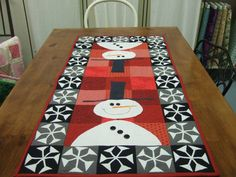 Sue here is a snowman -Snowman Table Runner Christmas Sewing, Christmas Projects, Holiday Crafts, Christmas Quilting, Table Runner And Placemats, Quilted Table Runners, Small Quilts, Mini Quilts, Snowman Quilt
