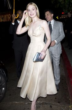 95 Elle Fanning Style Ideas That You Must Know The large bang itself cannot be proven, which is the reason it's a theory, you can't test it into a lab or return in time to witness it. Lady Like, Pretty Outfits, Pretty Dresses, Beautiful Dresses, Look Fashion, High Fashion, Dakota And Elle Fanning, Ellie Fanning, Red Carpet Looks