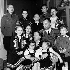WWII Gertrud Scholtz-Klink, Scholtz-Klink became leader of the Nazi women's section in Berlin, with second husband Güntherem Scholtzem and children.
