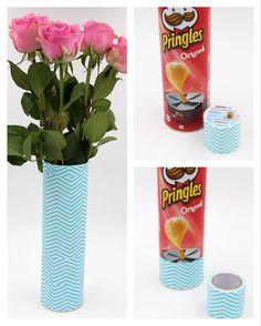 DIY Upcycling: Vase aus Pringles Dose selbst machen. Coole Idee für ein DIY Geschenk. So einfach könnt Ihr Euch schöne Deko selber machen.