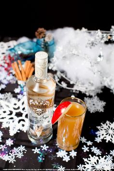 Hot Vodka Cider with 1.25 Smirnoff Cinna-Sugar Twist Flavored Vodka, 0.5 oz fresh lemon juice, 0.5 oz simple syrup, 3 dash(es) bitters and 3 dash(es) hot apple cider. Build cocktail in a tall clear glass mug. Top with hot apple cider. Stir. Garnish with a cinnamon stick. #Smirnoff #drink #recipe #winter Kid Drinks, Fancy Drinks, Vodka Drinks, Cocktails, Winter Drinks, Summer Drinks, Sugar Twist, Cinnamon Twists, Vodka Recipes