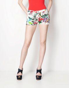 çiçekli mini şort, kırmızı bluz  #bershka #elbise #koleksiyon #desen #desenlielbise #etnikelbise #ilginçelbise # kısaelbise #şort #etek #bluz #yazlık #ayakkabı #tulum #pantolon