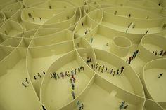 Con esta maqueta de 100 círculos Pezo von Ellrichshausen explora la diversidad de la repetición