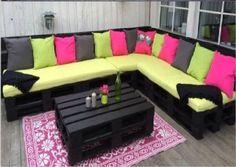 Palettes, peinture noire et accessoires aux couleurs flashy, un salon de jardin au top !
