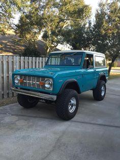 Pics of Aqua colored Broncos Bronco Chat Classic Bronco, Classic Ford Broncos, Classic Trucks, Classic Cars, Pretty Cars, Cute Cars, My Dream Car, Dream Cars, Old Bronco