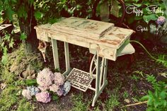 Antiguo mueble de máquina de coser pintado y decapado
