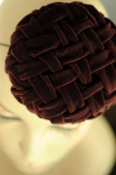 Heel Vintage. Heel Vintage A/W collectie. Hand-smocked lattice ontwerp op een hand-geblokkeerd mini hoed. Geïnspireerd door de eerste ronde van de jaren 1940- en 50s kussens die momenteel een heropleving in interieur winkels hebben gezien. Met de hand kneep ik, gedraaid en gestikt