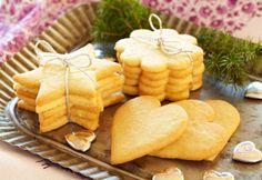 Du kan sagtens bage de lækre vaniljekager nu og gemme dem til jul. Pynt evt. kagerne med hakkede mandler eller glasur