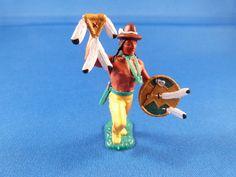 Hut, Zeremonialstab und Indianerschild aus Resin