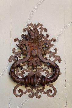 Heurtoir de porte en fer forgé (Uzès (30700), Gard (30), France)                                                                                                                                                      Plus