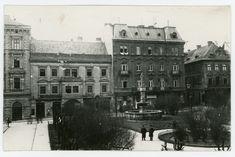 Pôvodný dom na Hlavnom námestí 5. V pôvodnom dome už sídli Uhorská eskomptná a zmenárenská banka Vpravo už stojí novobarokový palác Jakuba Palugyaya postavený v roku 1883. Hlavné námestie už bolo upravené o zeleň a stromy. Bratislava, Banks, Couches
