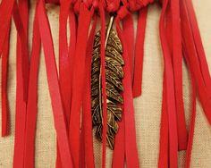 Collar de ante en rojo y motivo metálico en forma de pluma
