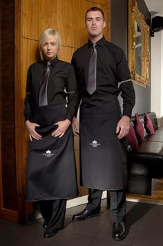 "Képtalálat a következőre: ""cool restaurant uniform ideas"" Cafe Uniform, Waiter Uniform, Hotel Uniform, Restaurant Aprons, Restaurant Branding, Staff Uniforms, Work Uniforms, Kellner Uniform, Uniform Design"