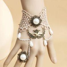 steam punk : accessoire: bijou: jolie manchette bijou en dentelle pour un éventuel costume en blanc. (peut être vieillit dans du thé pour une couleur plus brune)