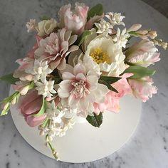 Rosas, dálias, angélicas, jasmins, tulipas triumph e parrot... Love the bloom