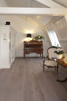 Eiken - Frans Nuvola - Deze Frans Eiken vloer die afgewerkt is met NUVOLA finish is een eyecatcher in ons assortiment. Nuvola finish is de nieuwste kleur in ons omvangrijke kleuren gamma en helemaal van deze tijd.