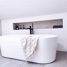 Llega el fin de semana y es momento de relajarse, para ello nada mejor que un buen baño en una bañera exenta. . ¿Te gusta la idea? . ➡Contáctanos: www.entornobano.com . ➡Visítanos: Showroom Las Rozas, Madrid. . Madrid, Bathtub, Bathroom, You Complete Me, Home, Freestanding Bath, Modern Bathrooms, Bathroom Sinks, Standing Bath