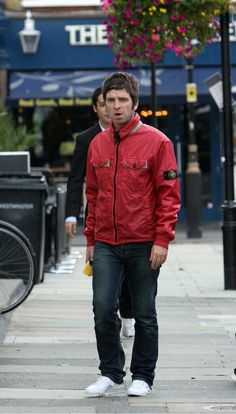 noel gallagher Liam And Noel, Liam Gallagher, It Takes Two, Britpop, British Invasion, Playing Guitar, British Style, Cool Bands, Musica