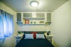 Mobil-Home de alquiler, con vistas al mar. Decoración estilo Navy. Se permiten mascotas. Sea, Cabinet, Navy, Storage, Furniture, Home Decor, Ocean Views, Single Beds, Single Wide